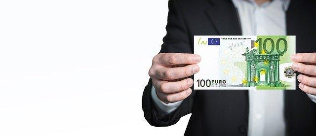 euro bankovka v ruce