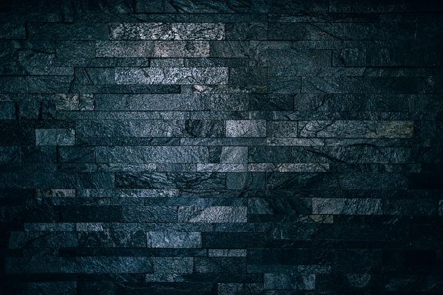 černé dlaždice