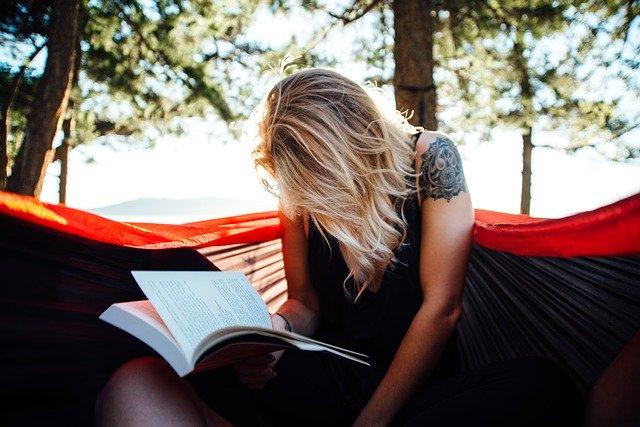 dívka s knihou
