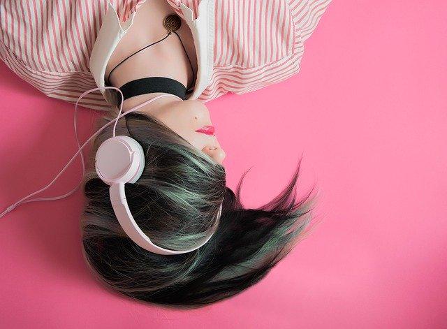 dívka se sluchátky